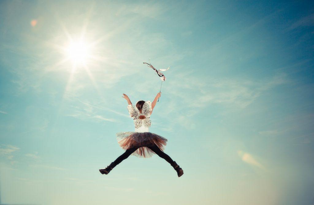 Menina a saltar, feliz