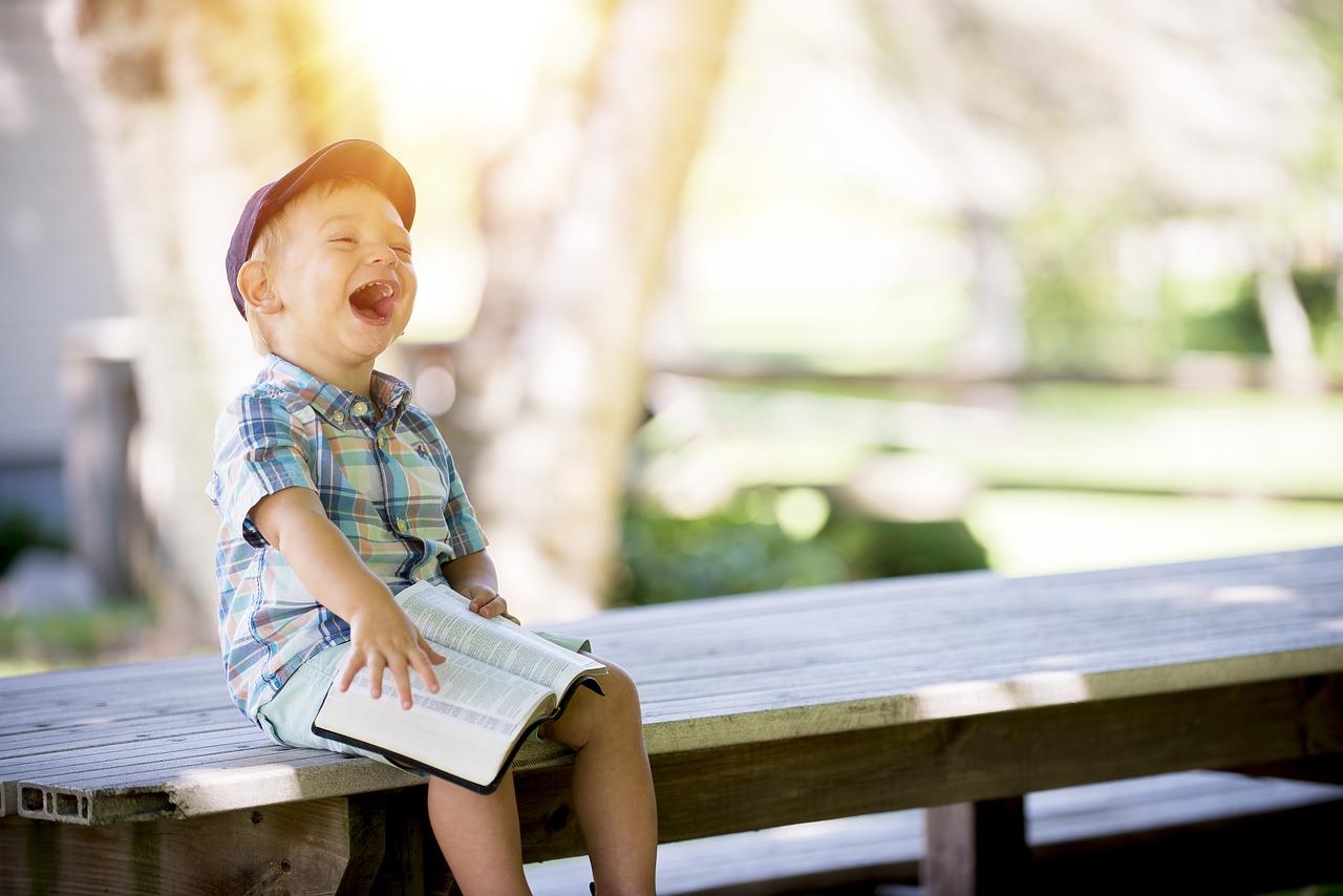 Criança pequena a dar uma gargalhada