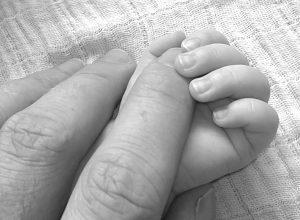 Bebé a dar a mão à mãe