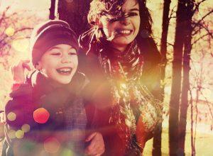 Mãe e filho num momento de alegria