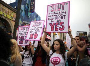 Mulheres participam numa marcha de protesto para sobreviventes de agressão sexual, em Hollywood, Los Angeles.