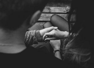 Casal de mão dadas